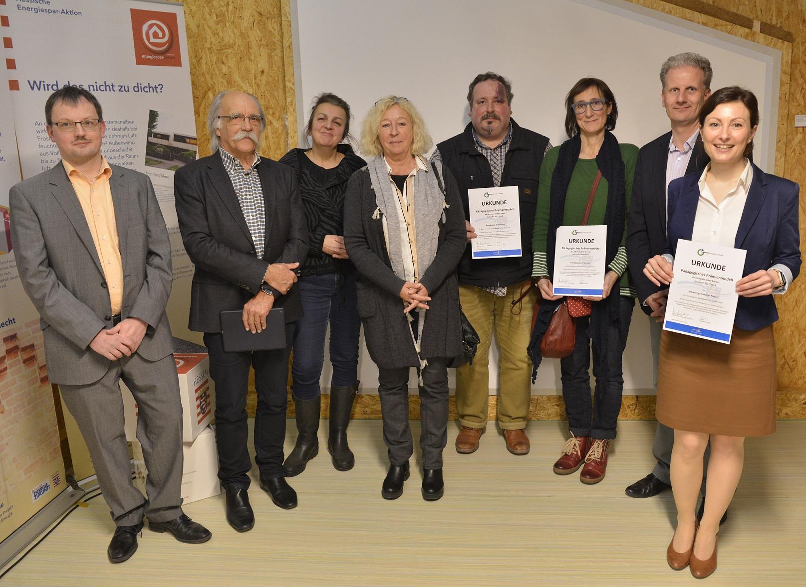 Die Preisträger des pädagogischen Prämienmodells und des Sonderpreises vor dem Technikhaus der Radko-Stöckl-Schule in Melsungen